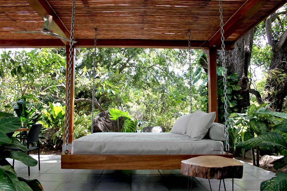 Huśtawka ogrodowa w formie łóżka.
