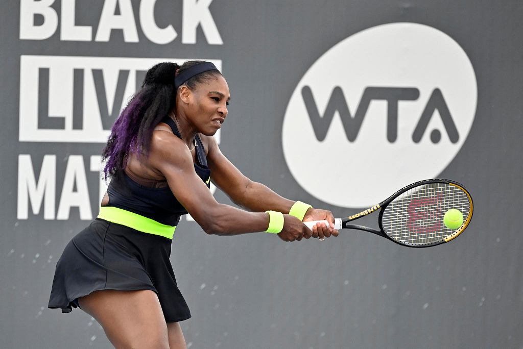 Serena Williams w meczu II rundy turnieju w Lexington. Pokonała w nim swoją starszą siostrę Venus