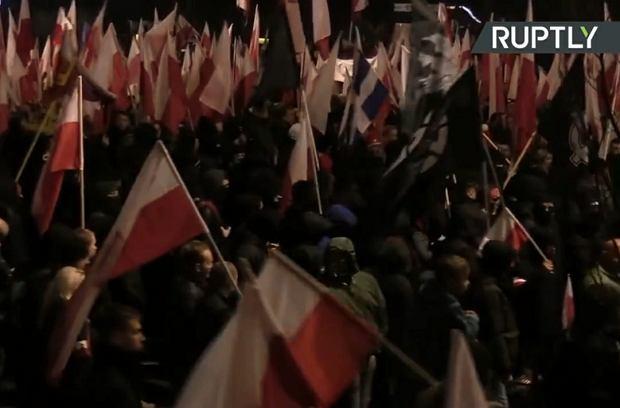 Kamery Russia Today na Marszu Niepodległości