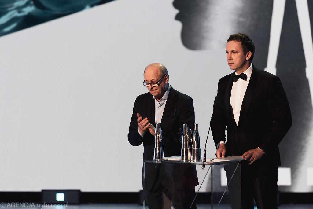 Radosław Śmigulski, szef PiSF (z prawej) podczas ceremonii wręczenia Złotych Lwów na festiwalu filmów w Gdyni we wrześniu 2019 r.