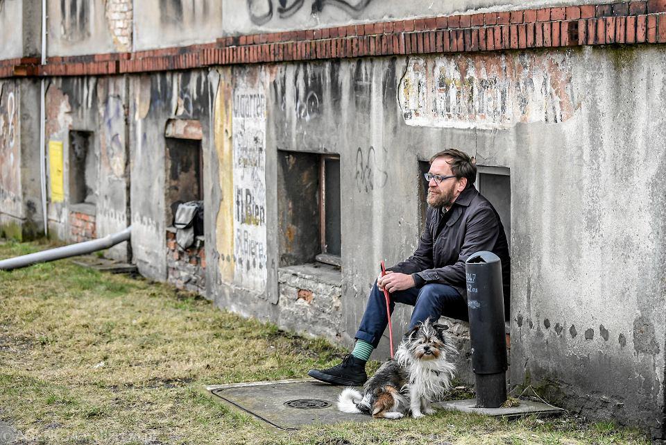 Wojciech Kozłowski z psem Zdzisławem. Ulica Ceglana w Zielonej Górze