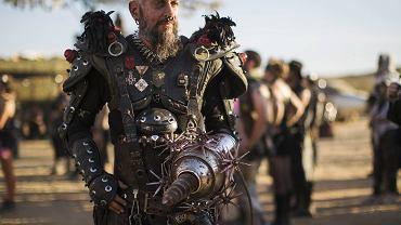"""Wasteland Weekend to zjazd fanów postapokaliptycznej tematyki, inspirowany """"Mad Maxem"""". Na kalifornijskiej pustyni spotykają się fani produkcji z całego świata, którzy przez cztery dni bawią się, wielu z nich w przebraniach nawiązujących do tej produkcji SF. Cykl filmowy zapoczątkowała produkcja z 1979 roku z Melem Gibsonem w roli tytułowej. W tym roku premierę miał czwarty film z serii, także reżyserowany przez George'a Millera, ale w roli głównej wystąpił Tom Hardy."""