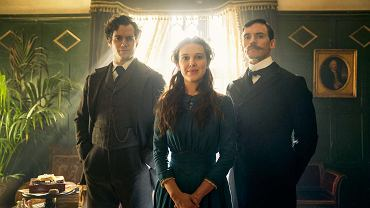 Henry Cavill jako Sherlock, Millie Bobby Brown jako Enola i Sam Claflin jako Mycroft w filmie 'Enola Holmes'
