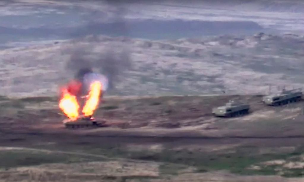 Azerbejdżański czołg T-72 po celnym trafieniu i zapaleniu się amunicji