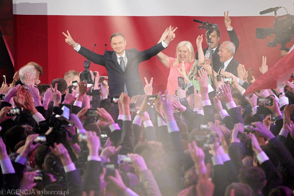 Zdjęcie numer 3 w galerii - Wybory prezydenckie 2015. Prezydent elekt Andrzej Duda: prezydent musi służyć narodowi [WYSTĄPIENIE PO OGŁOSZENIU WYNIKÓW]