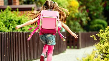 Po dopasowaniu szelek tornister czy plecak powinnien się kończyć w pasie, powyżej pośladków