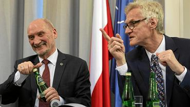 Były minister obrony w rządzie PiS ogłasza 'raport techniczny' podkomisji Macierewicza. Warszawa, 11 kwietnia 2018