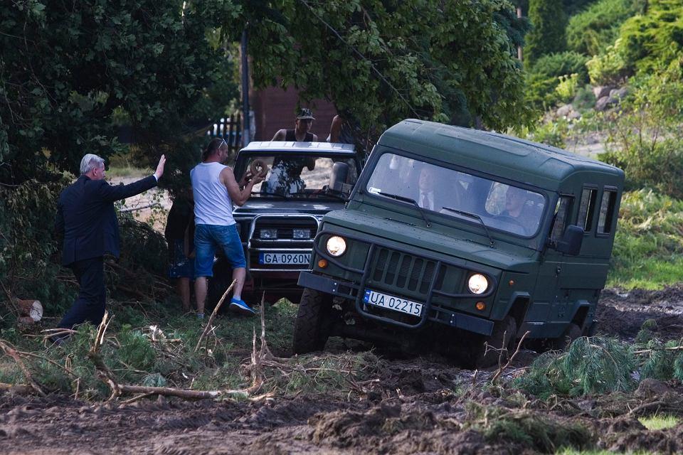 Zdjęcie numer 5 w galerii - Samochód z Macierewiczem zakopał się w błocie. Ministra uratowali mieszkańcy
