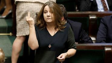 Posłanka Prawa i Sprawiedliwości Joanna Lichocka z pogardliwym gestem na sali sejmowej, 13 lutego 2020.
