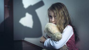 DDA (czyli Dorosłe Dzieci Alkoholików) to osoby, które wychowywały się w rodzinach borykających się z chorobą alkoholową -  co najmniej jeden z rodziców był uzależniony