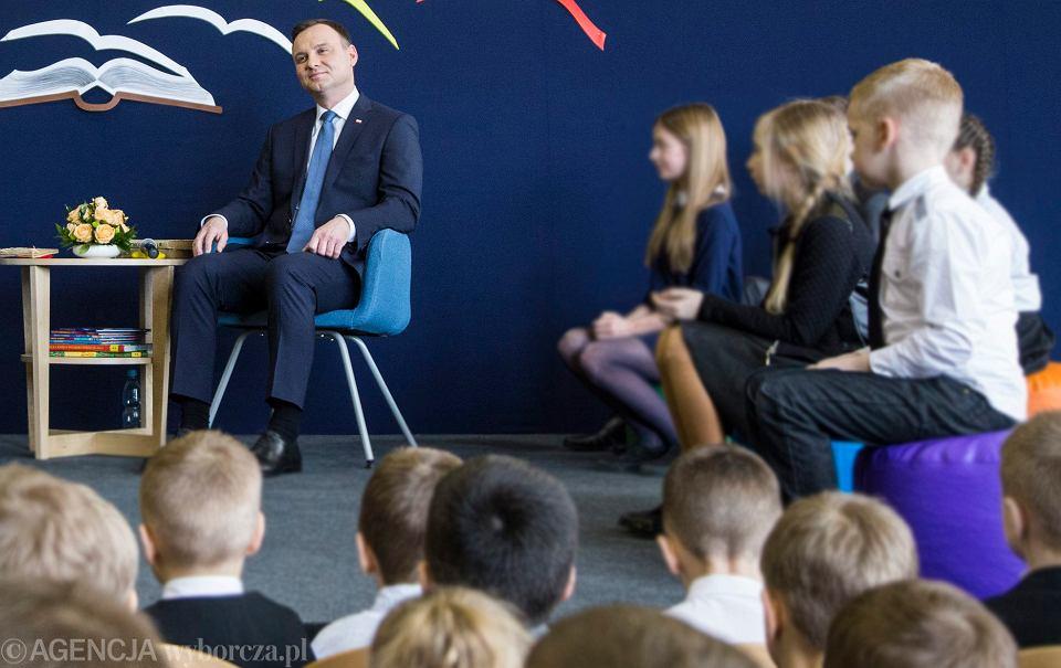 Para prezydencka Andrzej Duda i pierwsza dama Agata Duda czytają dzieciom książki w Lublinie, 2016