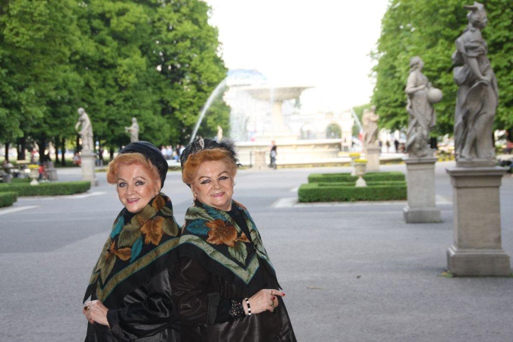 Bronia (z prawej) i Lonia w Ogrodzie Saskim