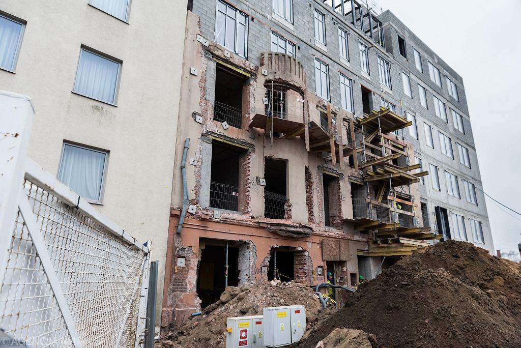 Jagiełły 6 we Wrocławiu. Z dawnej kamienicy została jedna ściana