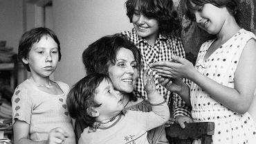 Maria Łopatkowa w gronie swoich podopiecznych. Warszawa, 1979 r.