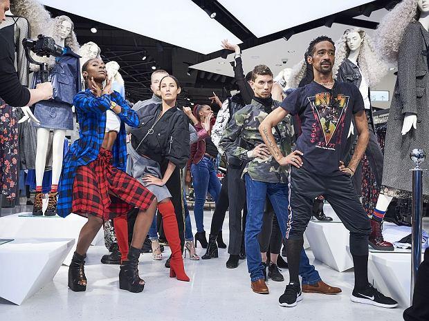 Tancerze na otwarciu salonu. Pierwszy z lewej choreograf i tancerz, który w 1990 roku był w trupie Madonny.