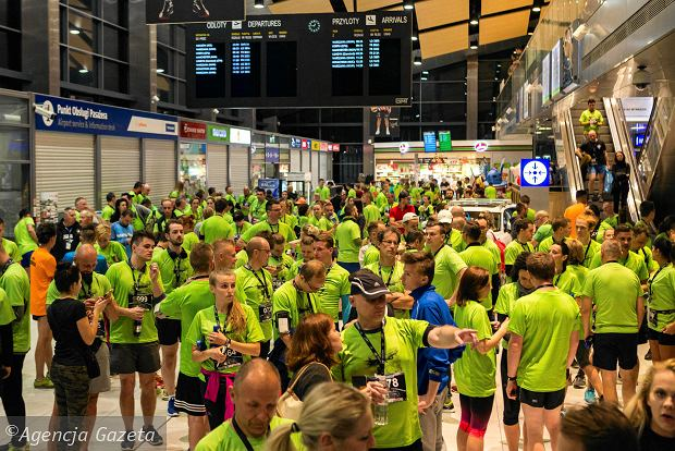 Zdjęcie numer 24 w galerii - SkywayRun 2018. 1000 osób pobiegło w nocy po pasie startowym w Jasionce [ZDJĘCIA]