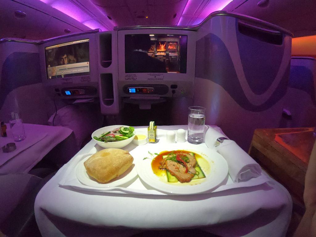 Posiłek na pokładzie linii Emirates w klasie biznes.