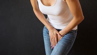Nietrzymanie moczu, czyli jego niekontrolowany wyciek lub popuszczanie, może wystąpić w różnym wieku, tak u kobiet, jaki u mężczyzn, jednak ze względu na budowę anatomiczną i wpływ hormonów, częściej dotyczy pań