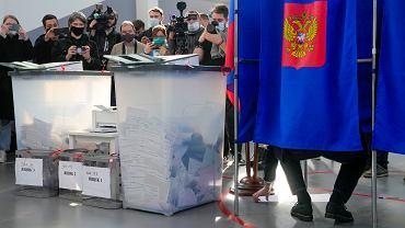 Gubernator Sankt Petersburga oddaje głos pod okiem dziennikarzy