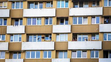 """Nękający sąsiedzi w bloku. """"Zbyt głośno chodzimy, zbyt głośno zamykamy drzwi, zbyt głośno się śmieję"""""""