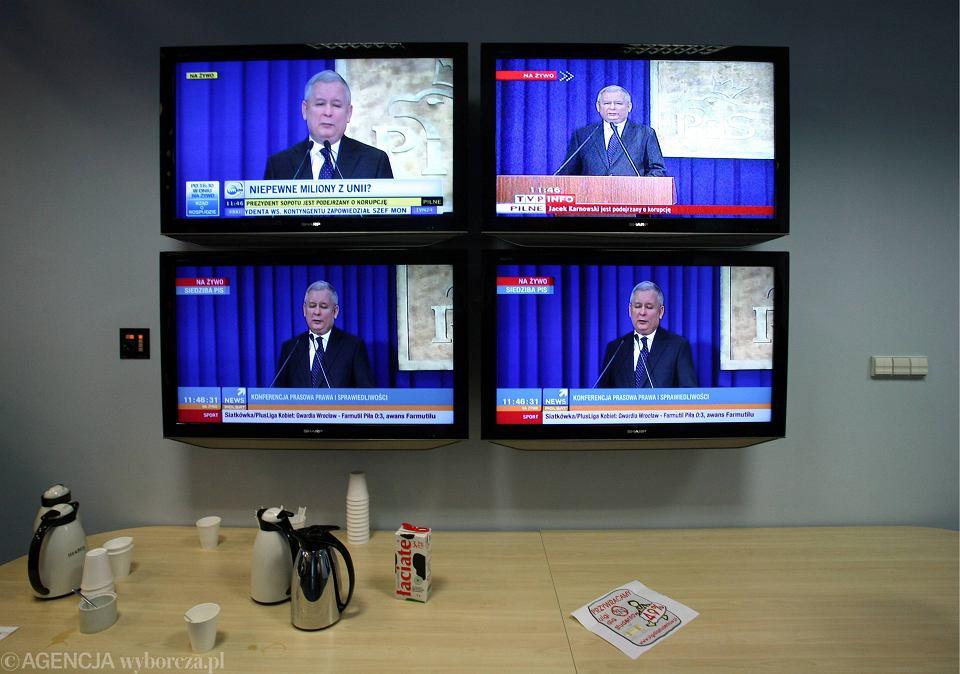 Warszawa, kwatera główna PiS, ul Nowogrodzka. Trwa przemówienie prezesa, media transmitują na żywo.