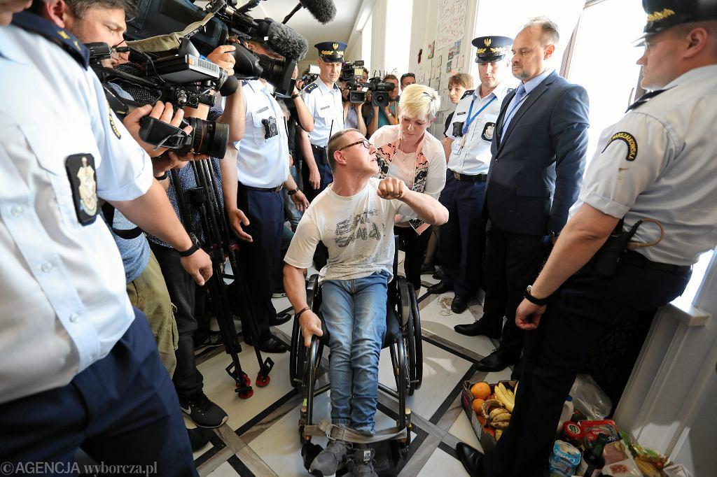 37 dzień protestu rodziców osób niepełnosprawnych. Demonstrantki próbują rozwiesić transparent w języku angielskim na zewnętrznej ścianie Sejmu. Warszawa, 22 maja 2018