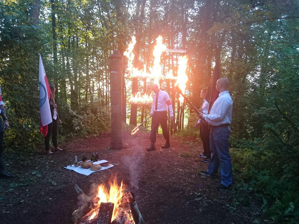 Członkowie Nacjonalistycznego Stowarzyszenia Zadruga świętują Noc Kupały