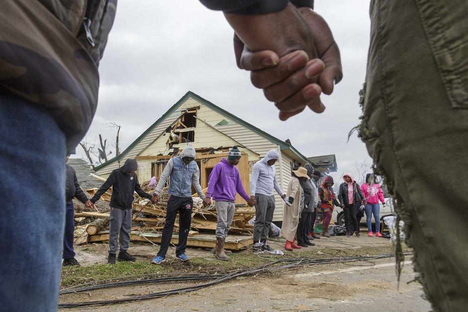 Mieszkańcy miasteczka dotkniętego skutkami tornada modlą się z ofiary