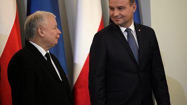 'Chcę wierzyć, że ataki na mnie dokonują się poza wiedzą i zgodą prezesa Jarosława Kaczyńskiego, a jeśli tak, to ktoś w obozie Zjednoczonej Prawicy wykazuje się wyjątkową niesubordynacją' - mówi w rozmowie z tygodnikiem 'Do Rzeczy' prezydent Andrzej Duda. Na zdjęciu: z prezesem PiS Jarosławem Kaczyńskim podczas zaprzysiężenia Beaty Szydło (w piątek trzynastego o godzinie trzynastej). Warszawa, 13 listopada 2015