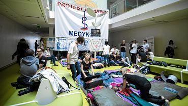 Protest lekarzy w Dziecięcym Szpitalu Klinicznym przy ul. Żwirki i Wigury