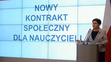 Była premier, obecna wicepremier rządu PiS podczas konferencji prasowej w pierwszy dzień strajku nauczycieli. Warszawa, KPRM, 8 kwietnia 2019
