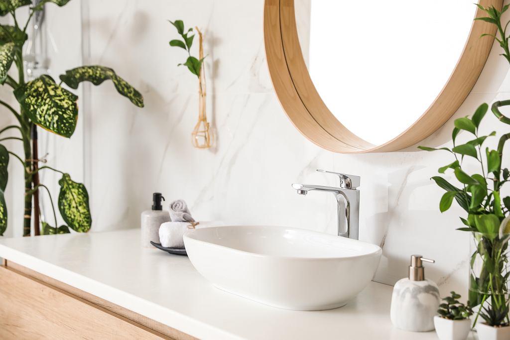 Łazienka z marmurem i drewnem.