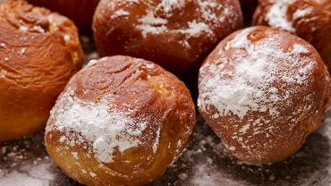 7Close,Up,On,Delicious,Donuts,With,Icing,Sugar,On,Wooden