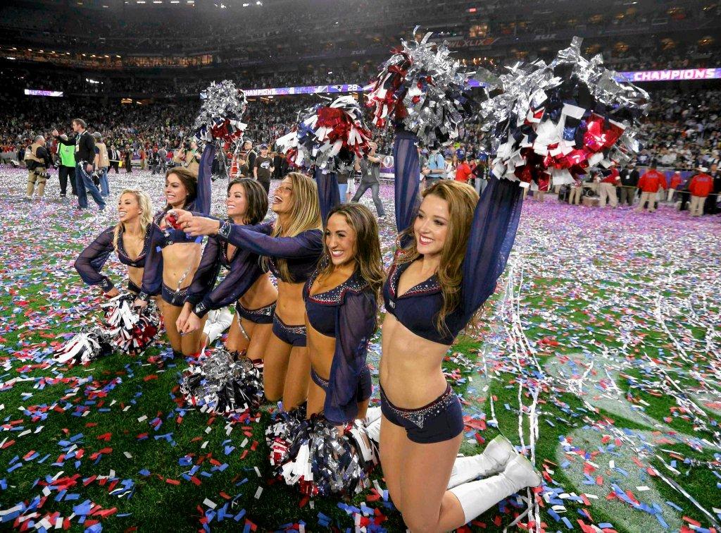 Cheerleaderki New England Patriots cieszą się ze zwycięstwa swojego zespołu.