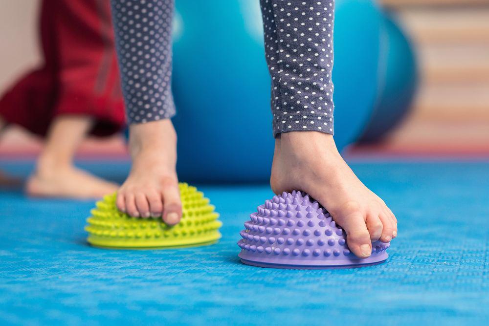 Płaskostopie to zniekształcenie stopy, które polega na obniżeniu jej fizjologicznych sklepień, w wyniku czego staje się ona płaska.