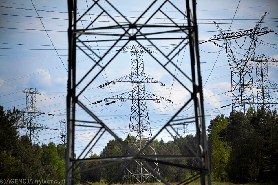 Słupy energetycznie - Kryzys związany z nieudanym jak dotąd zamrażaniem cen energii to coraz większy ciężar dla gmin.