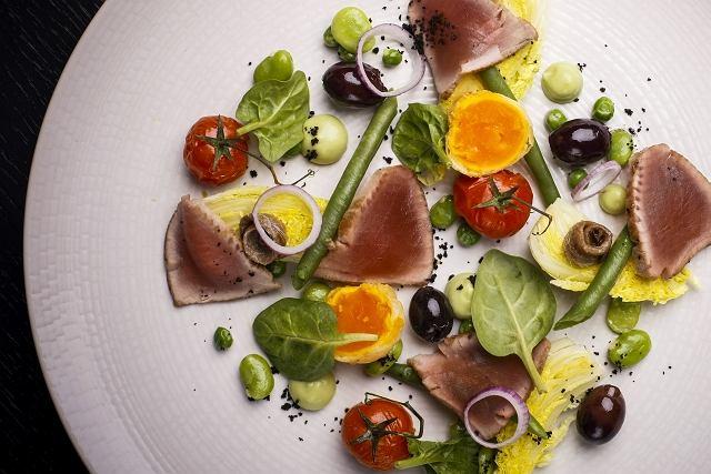 Wiosenna Niçoise zielone warzywa, tuńczyk, cytrusowy dressing