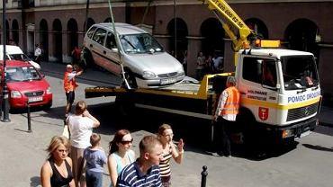 Centrum Gdańska. Usuwanie źle zaparkowanego auta przez Straż Miejską