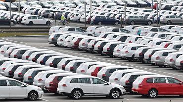 Parking nowych aut przed fabryką Volkswagena w Zwickau we wschodniej części Niemiec