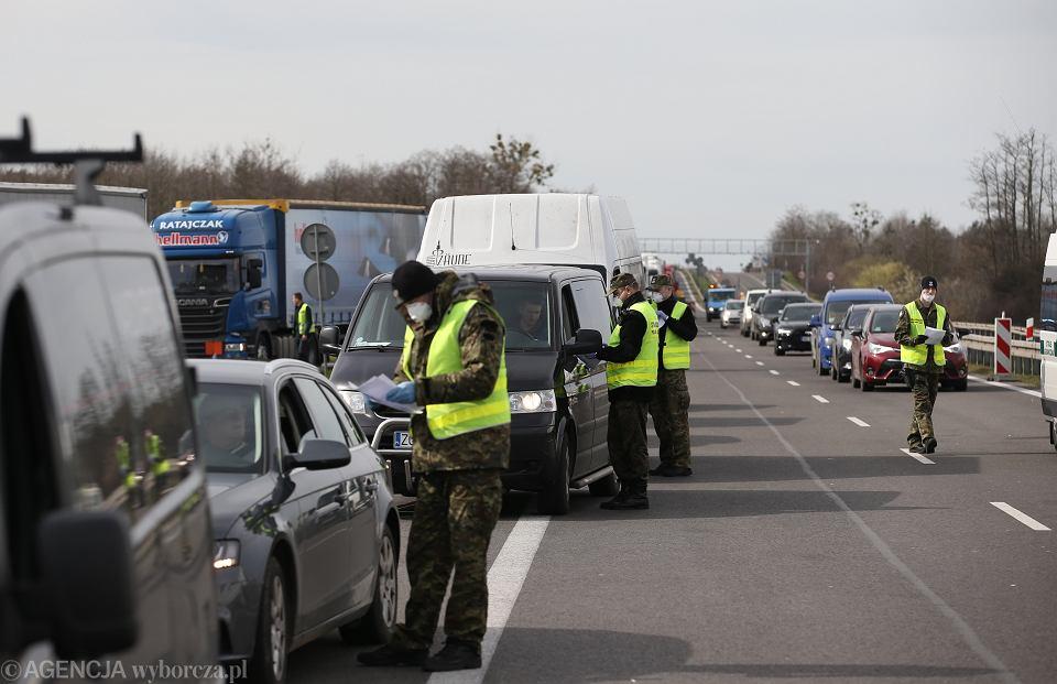 18.03.2020, kilkunastokilometrowa kolejka samochodów na przejściu granicznym z Niemcami w Kołbaskowie. Z powodu epidemii koronawirusa wprowadzono kontrole graniczne.