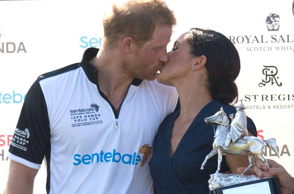Meghan Markle i książę Harry całują się