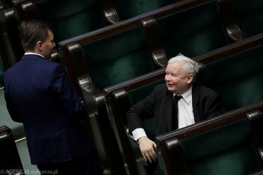 Jarosław Kaczyński w Sejmie podczas nocnych obrad ósmej kadencji w rozmowie z posłem PiS Łukaszem Schreiberem