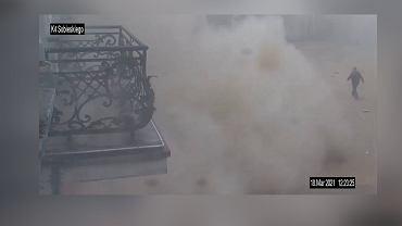 Kamery monitoringu miejskiego w Rybniku uchwyciły moment runięcia frontu XIX-wiecznej kamienicy