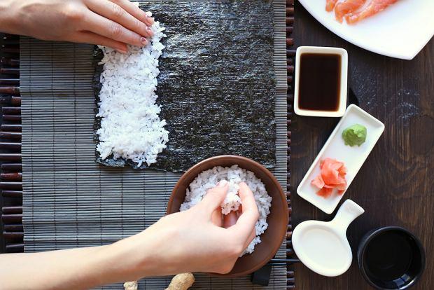 Obok pokrojonych rolek sushi najczęściej znajduje się wasabi, sos sojowy i marynowany imbir.