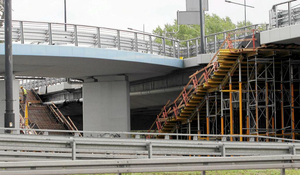 Most Łazienkowski, budowa przejść dla pieszych.