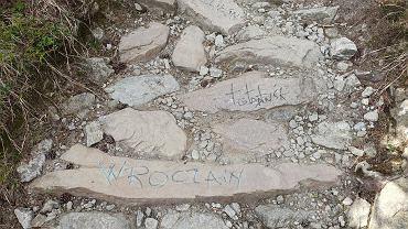 Napisy na skałach na trasie na Giewont