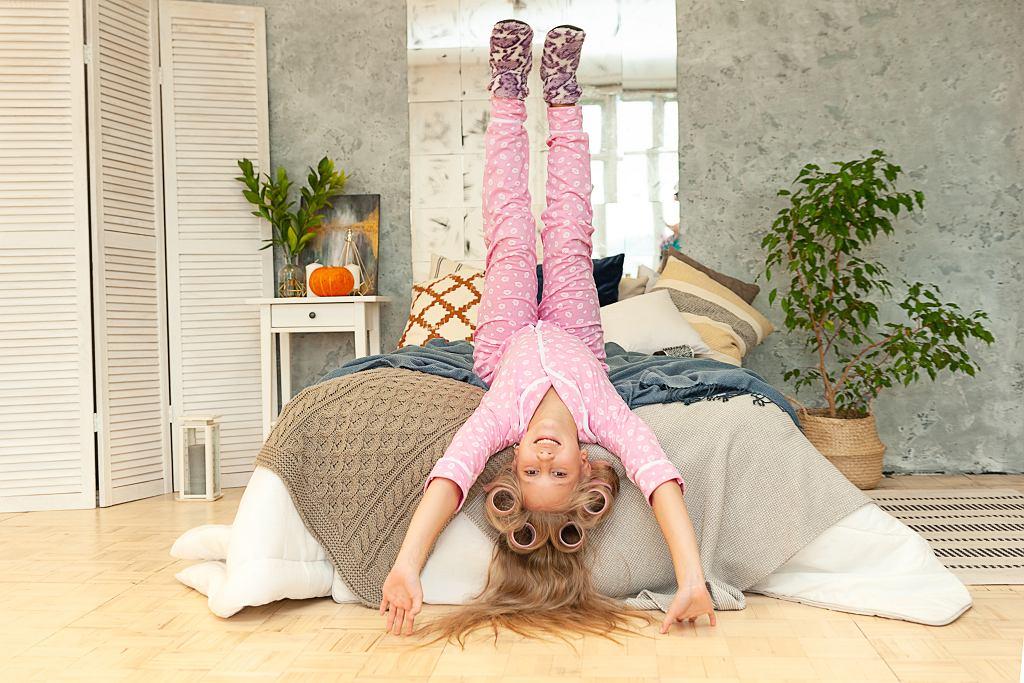 Piżama dziecięca powinna być zrobiona z odpowiedniego materiału. Zdjęcie ilustracyjne, Natalia Pshenichnaya/shutterstock.com