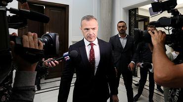 Sławomir Nowak w Sejmie w drodze na komisję śledczą ds. VAT, 2019 r.