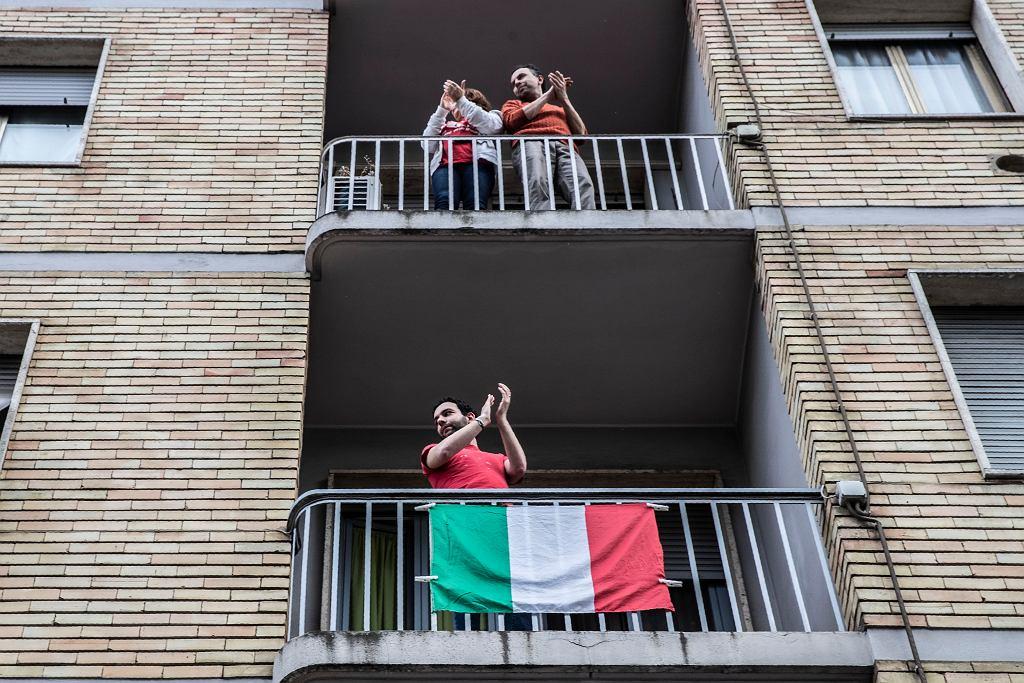 Włochy. Mieszkańcy Mediolanu witający Silvię Romano oklaskami