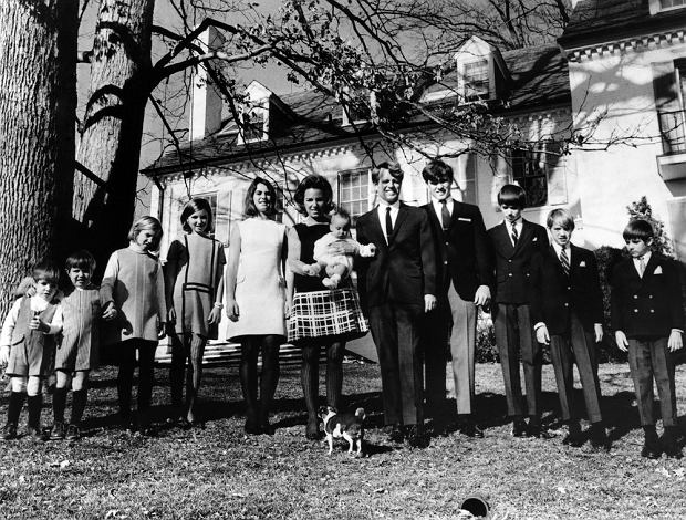Matthew Maxwell Taylor Kennedy, Christopher George Kennedy, Mary Kerry Kennedy, Mary Courtney Kennedy, Kathleen Kennedy, Ethel Kennedy (na rękach Douglas Kennedy), Robert F. Kennedy, Joseph Patrick Kennedy, Robert F. Kennedy Jr., David Anthony Kennedy, Michael LeMoyne Kennedy w Hickory Hill, ok. 1960